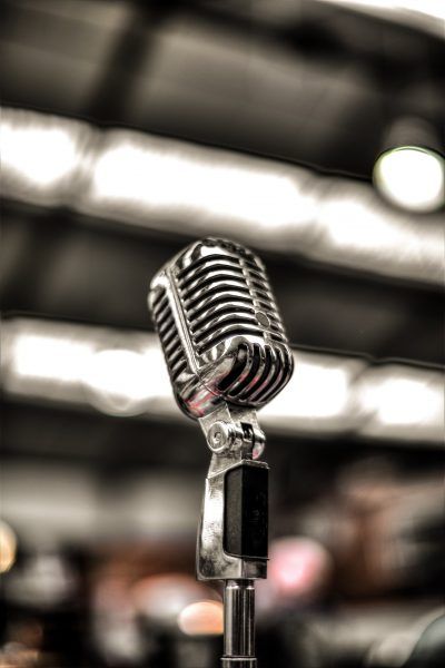 silver colored microphone 675960